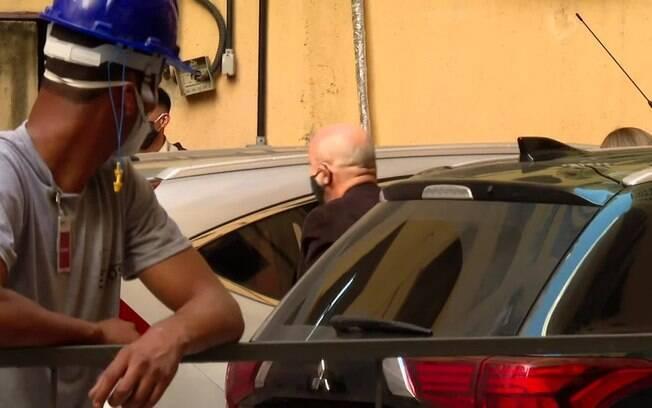 Queiroz é observado por operário no prédio do MPF do Rio