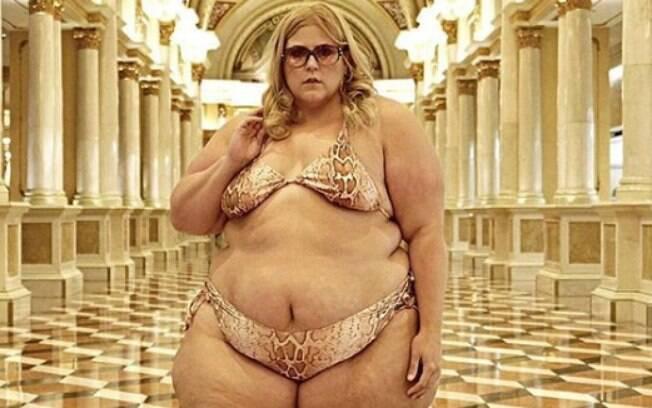 Enquanto blogueira gorda fazia um ensaio fotográfico para um editorial de biquíni, funcionários do hotel intervieram