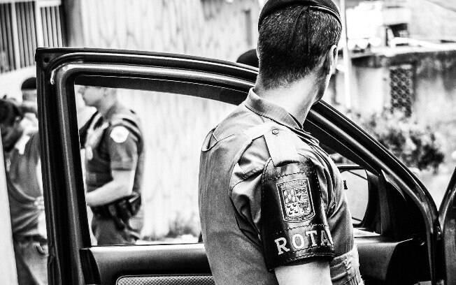 Policiais de ROTA fazendo uma abordagem