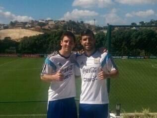 Os astros argentinos Messi e Agüero posam para foto na Cidade do Galo