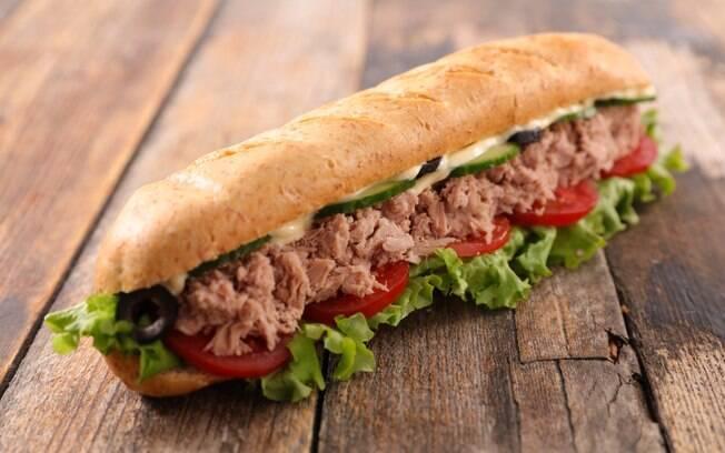 Melhor pré-treino para musculação: sanduíche de atum pode ser complementado com uma salada