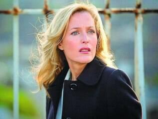 Poderosa. Gillian Anderson, loira ao estilo Hitchcock, literalmente assusta os homens na série britânica