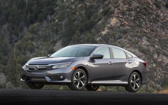 Honda Civic Touring tem estilo arrojado diante da maioria dos sedãs médios do segmento no Brasil