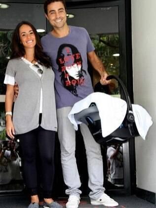 Ricardo Pereira ao lado da mulher, Francisca, deixando a maternidade com o bebê