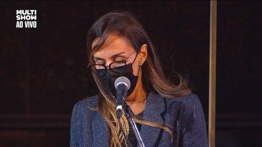 Susana Garcia falando em missa de sétimo dia