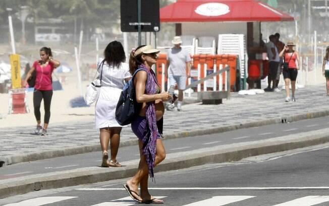 De mochila nas costas e uma canga no pescoço, Cynthia Howlett deixou a praia do Leblon, no Rio