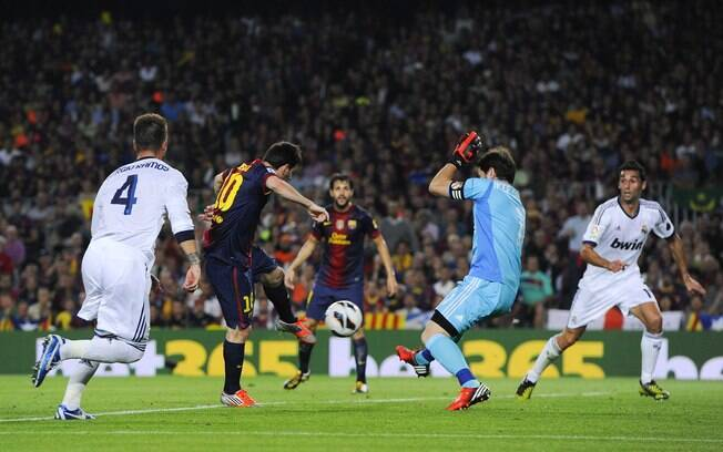 Messi chuta de frente para Casillas