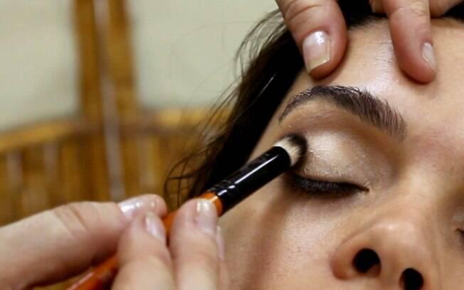 Os olhos são feitos da maneira tradicional, com sombra, pincéis e lápis