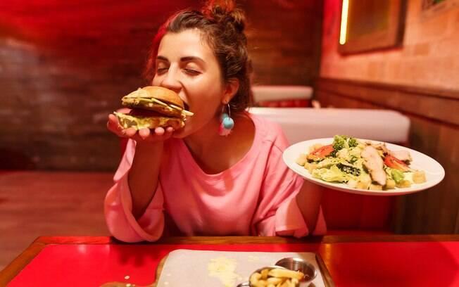 A compulsão alimentar faz a pessoa comer em excesso e por gula, muitas vezes para descontar alguma frustração