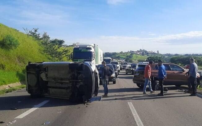 Acidente entre três carros bloqueia e causa congestionamento no Anel Viário