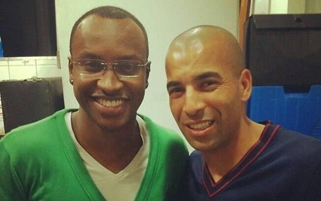 O cantor Thiaguinho não resistiu e tirou uma foto com o jogador do Corinthians Sheik, logo após a vitória do time na Libertadores