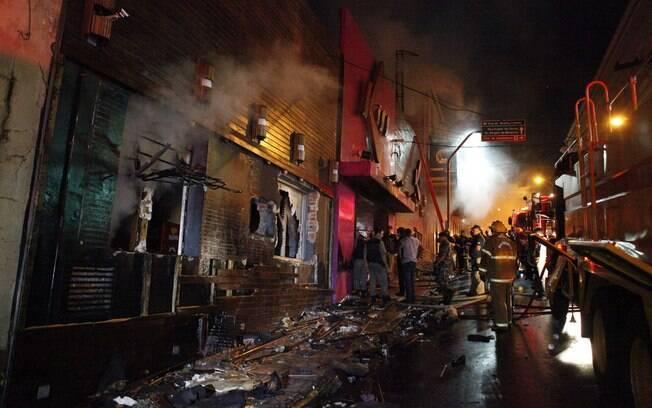 Fachada da boate Kiss pouco após o incêndio que matou pelo menos 200 pessoas neste domingo