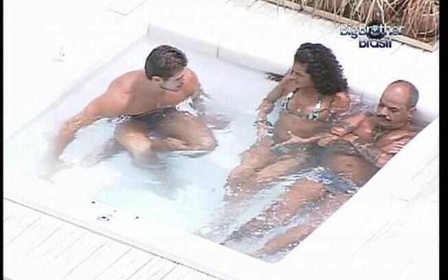 Jonas e João Carvalho conversam com Noemí no ofurô
