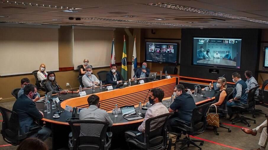 Após encontro com prefeito de Niterói, Paes divulgou decreto para tentar conter a pandemia no Rio