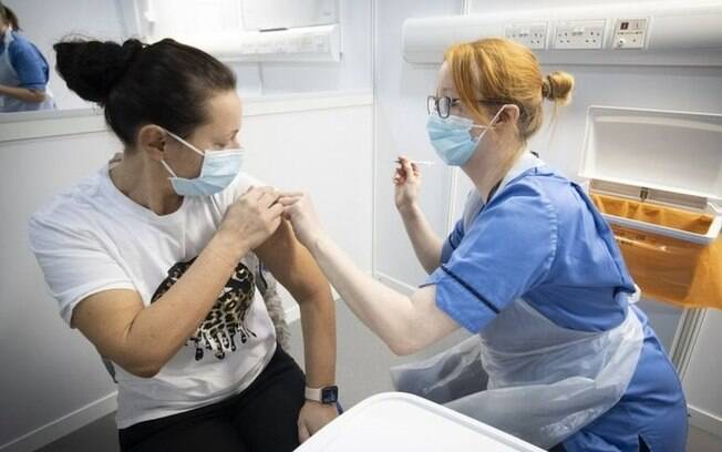 Covid-19: na marca dos 310 mil mortos, vale mudar a prioridade das vacinas?