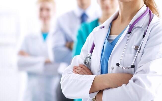 médicos e enfermeiros reunidos em uma foto