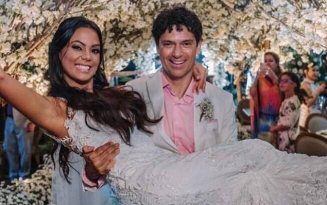 Jorge Vercillo casou na Praia do Forte, em Salvador, no domingo (7)