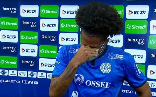 Lateral do São Bento emociona a web após marcar contra o Corinthians e chorar ao lembrar do pai