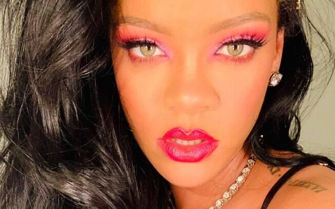 A cantora Rihanna com sombra e batom rosa