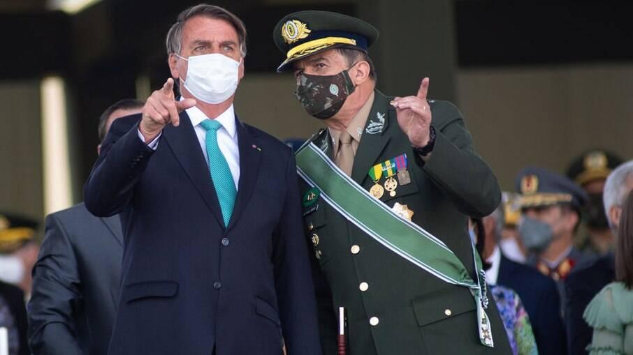 O presidente Jair Bolsonaro conversa com Paulo Nogueira de Oliveira, comandante do Exército