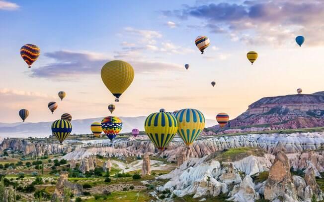 Na Capadócia, um dos passeios mais clássicos é o passeio de balão, no qual você pode apreciar, durante uma viagem no céu, a paisagem de uma das cidades da Turquia, que é um dos países do mundo que não exigem visto de brasileiros