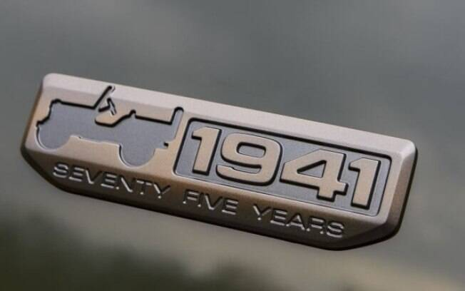 Logo que a Jeep criou para marcar os 75 anos da fabricante instalado em cinco modelos da linha