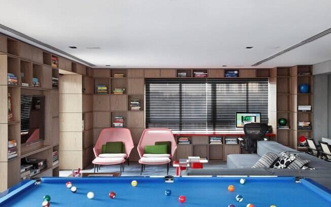 Mesa de sinuca na sala de estar. Quem nunca sonhou em ter uma dessas? O feltro só poderia ser verde