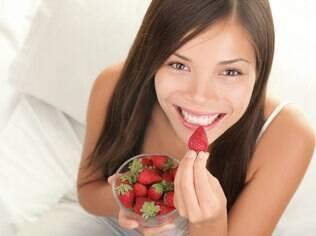 Morango é uma fruta com função adstringente, o que facilita a limpeza e o fortalecimento dos dentes