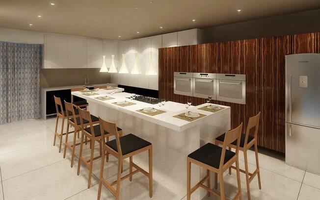 A cozinha gourmet de 45m², planejada por Denise, recebeu aconchego na presença de móveis em madeira e de um painel com estética irregular