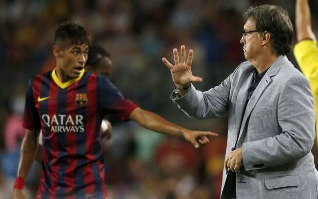 O técnico Gerardo Martino dá instruções a  Neymar no amistoso contra o Santos
