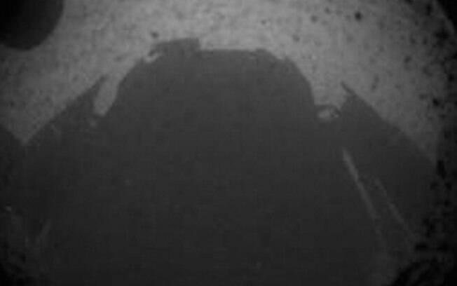 """As primeiras imagens enviadas pela """"Curiosity"""" foram assim, em preto e branco. Na foto grande-angular, é possível ver a sombra do próprio jipe-robô"""