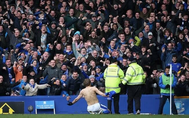 Jogador do Everton comemora com torcida gol  em vitória sobre o Manchester City