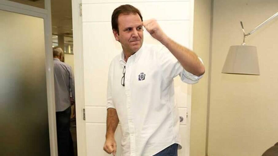 Eduardo Paes, prefeito do Rio de Janeiro, pensa na situação financeira e busca manter boa relação com Bolsonaro
