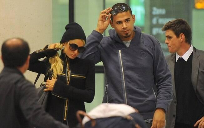 Paris Hilton e o DJ Afrojack juntos no aeroporto de Barcelona