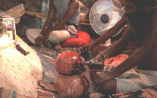 Canibalismo tribal: o ritual é uma resposta à crença de que os Khakhua-Kumu ingerem as almas de suas vítimas. Foto: Reprodução/Youtube