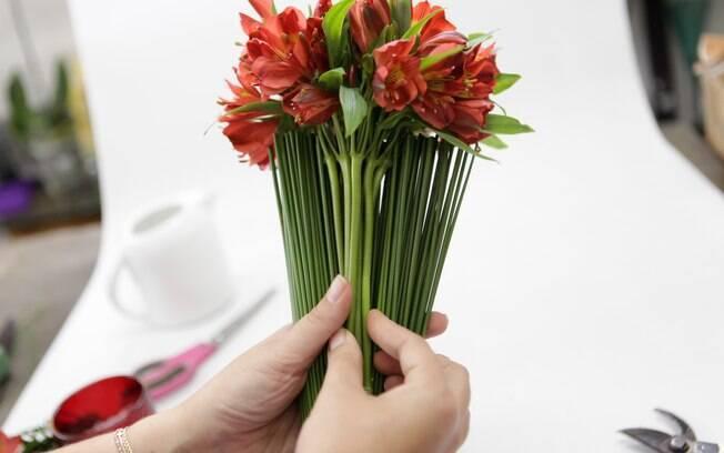 flores jardim guedala:Cuidadosamente, ponha o maço de Astromélia dentro do leque de junco