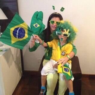 Ana Carolina e o filho com os acessórios que usarão durante os jogos do Brasil