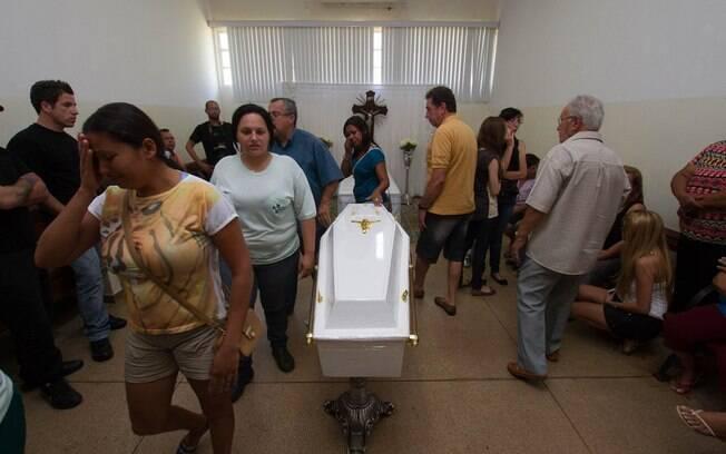 Familiares, amigos e moradores de São Joaquim da Barra participam do velório do menino Joaquim