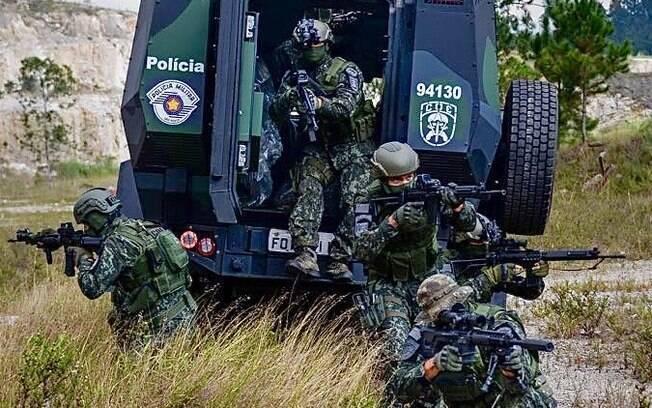 Equipe de Operadores do COE desembarcando de viatura blindada