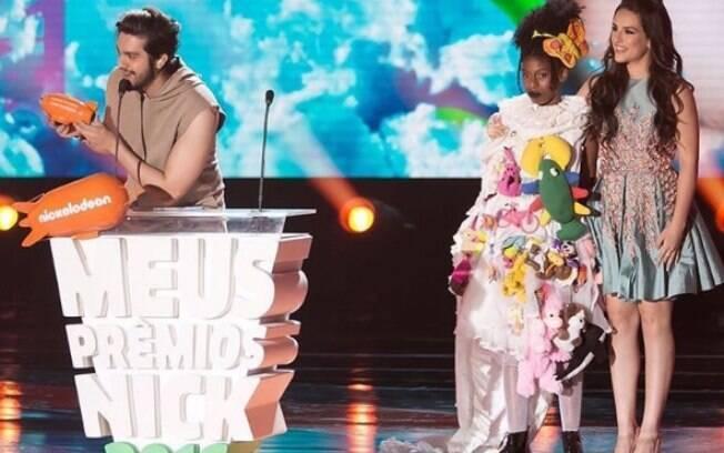 Luan Santana recebendo o prêmio