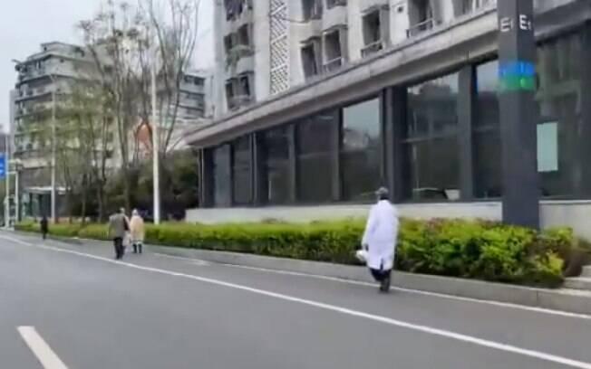 Cidade de Wuhan com ruas vazias durante período de isolamento