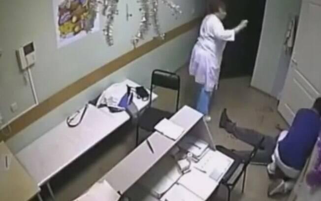 Zelendinov tenta desesperadamente reanimar paciente que nocauteou e matou em hospital