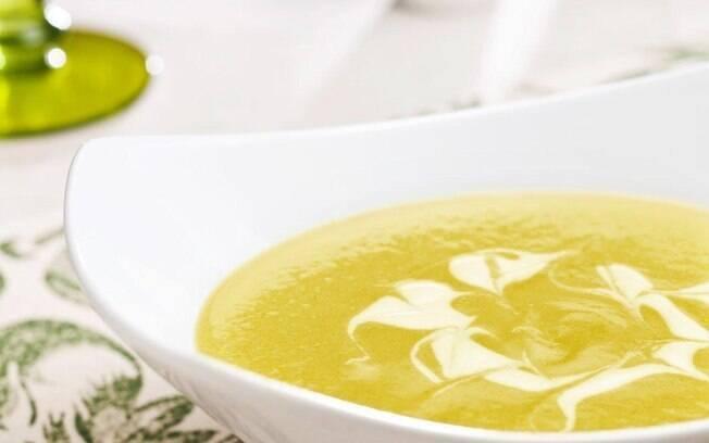 Na sopa de abobrinha, o caldo de galinha e o curry dão o sabor especial, enquanto o iogurte finaliza o prato
