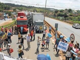 Em manifestação na segunda-feira (17), servidores da educação paralisaram a BR–381