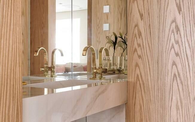 Painel de madeira na decoração do lavabo? Com o material certo, pode sim