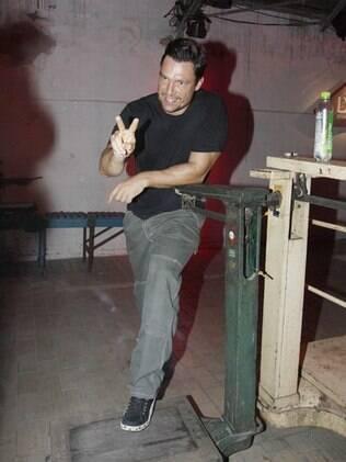 Ricardo Macchi protagoniza comercial que coloca sua capacidade de atuar em dúvida