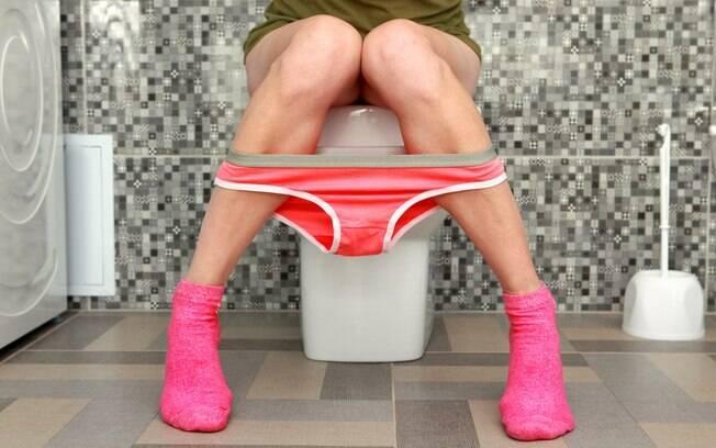 Especialista explicou que a urina saudável apresenta um amarelo claro, com odor típico, mas não intenso