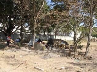 Guardas municipais e policiais militares tiveram muito trabalho durante a desocupação do terreno anteontem