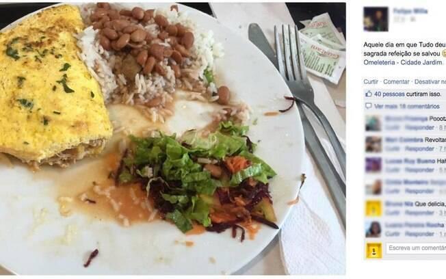 O band-aid encontrado pode ser visto entre as porção de arroz e feijão