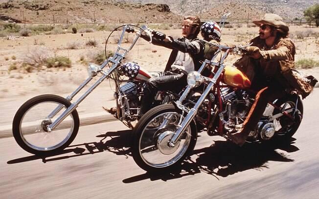 Peter Fonda (à esquerda) com a Harley-Davidson em cena de